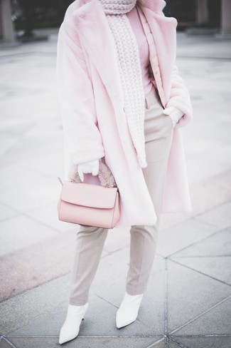 Come indossare: pelliccia rosa, dolcevita rosa, pantaloni eleganti grigi, stivaletti in pelle bianchi