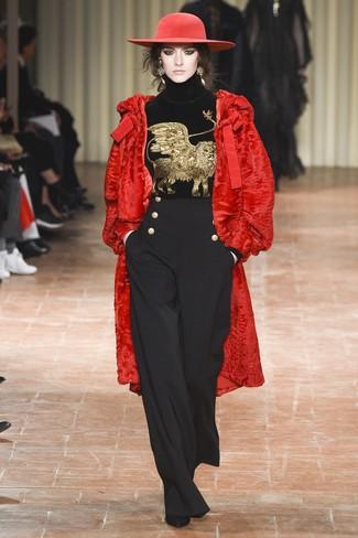 Come indossare: pelliccia rossa, dolcevita di velluto ricamato nero, pantaloni larghi neri, stivaletti in pelle scamosciata neri