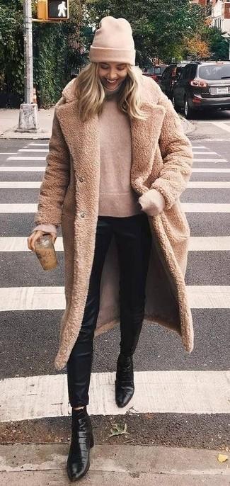 Come indossare: pelliccia marrone chiaro, dolcevita beige, pantaloni skinny di seta neri, stivaletti in pelle neri