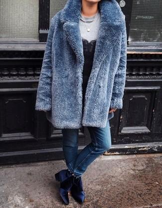 Look alla moda per donna: Pelliccia blu, Felpa grigia, Canotta di pizzo nera, Jeans blu