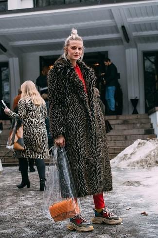 Come indossare e abbinare: pelliccia marrone scuro, felpa con cappuccio rossa, pantaloni sportivi rossi, scarpe sportive multicolori