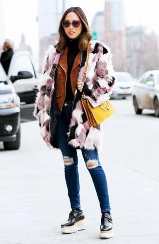 Come indossare e abbinare: pelliccia rosa, giacca da moto in pelle scamosciata terracotta, dolcevita nero, jeans aderenti strappati blu scuro