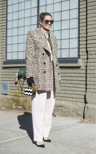 Come indossare: pelliccia leopardata beige, giubbotto bomber verde oliva, dolcevita rosa, pantaloni larghi bianchi