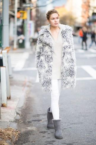 Come indossare e abbinare jeans aderenti bianchi: Potresti abbinare una pelliccia grigia con jeans aderenti bianchi per creare un look smart casual. Se non vuoi essere troppo formale, indossa un paio di stivali ugg grigi.
