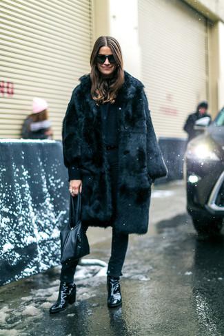 Come indossare: pelliccia nera, jeans aderenti neri, stivaletti in pelle neri, borsa shopping in pelle nera