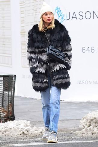 Come indossare: pelliccia nera, jeans azzurri, scarpe sportive grigie, cartella in pelle trapuntata nera
