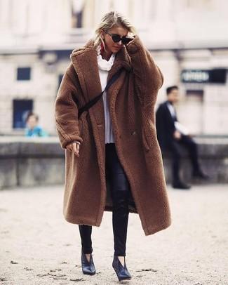 Come indossare: pelliccia marrone, maglione con scollo a cappuccio bianco, leggings in pelle neri, stivaletti in pelle neri