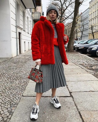 Look alla moda per donna: Pelliccia rossa, Maglione girocollo grigio, Gonna longuette a pieghe grigia, Scarpe sportive bianche e nere