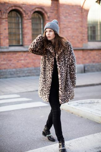 Come indossare: pelliccia leopardata marrone chiaro, maglione girocollo nero, jeans aderenti neri, stivaletti in pelle neri