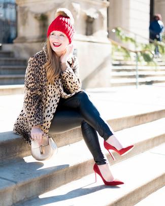 Come indossare: pelliccia leopardata marrone chiaro, maglione girocollo beige, jeans aderenti in pelle neri, décolleté in pelle scamosciata rossi