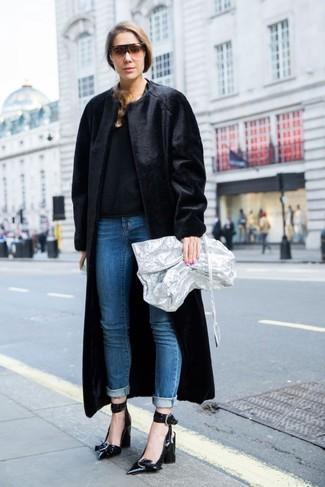 Come indossare: pelliccia nera, maglione girocollo nero, jeans blu, décolleté in pelle neri