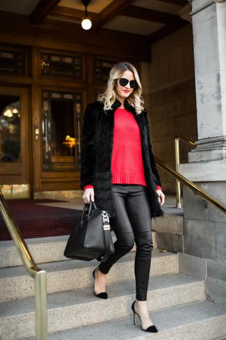 Come indossare: pelliccia nera, maglione girocollo rosso, pantaloni skinny in pelle neri, décolleté in pelle scamosciata neri