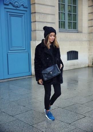 Come indossare: pelliccia nera, maglione girocollo nero, t-shirt girocollo bianca, jeans aderenti in pelle neri