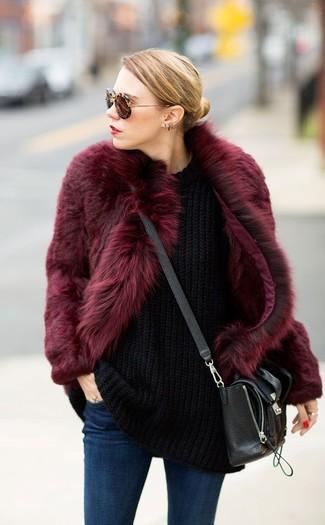 Come indossare: pelliccia bordeaux, maglione oversize lavorato a maglia nero, jeans aderenti blu scuro, borsa a tracolla in pelle nera