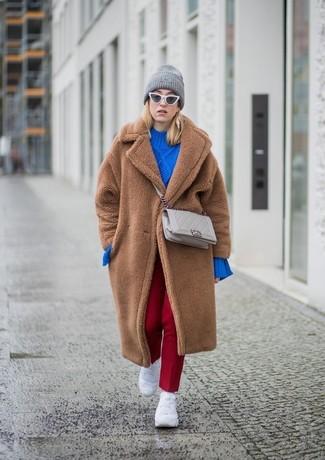 Come indossare: pelliccia marrone, maglione oversize lavorato a maglia blu, pantaloni eleganti rossi, scarpe sportive bianche