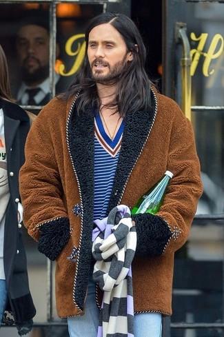 Come indossare: pelliccia marrone, maglione con scollo a v a righe orizzontali blu, jeans azzurri