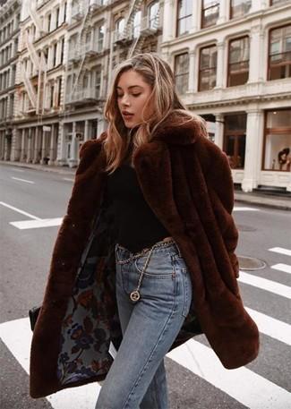 Come indossare: pelliccia marrone scuro, dolcevita nero, jeans azzurri