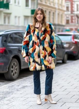 Come indossare: pelliccia multicolore, camicetta manica lunga beige, jeans a campana blu scuro, stivaletti in pelle beige