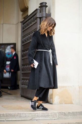 Come indossare: pelliccia nera, gonna pantalone nera, scarpe sportive nere e bianche, pochette in pelle bianca