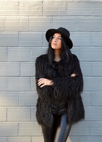 Come indossare: pelliccia nera, pantaloni skinny in pelle neri, borsalino di lana nero