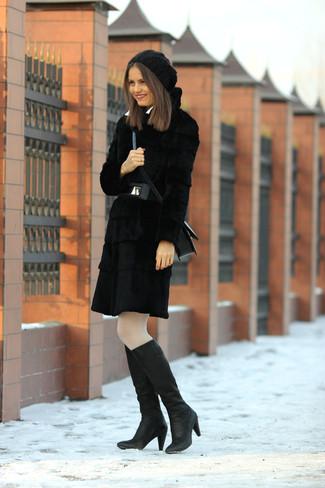 Scegli una pelliccia nera per un look elegante e alla moda. Non vuoi calcare troppo la mano con le scarpe? Indossa un paio di stivali al ginocchio in pelle neri per la giornata.