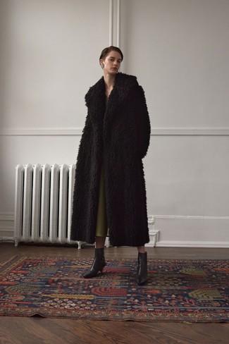 Come indossare: pelliccia nera, vestito longuette verde oliva, stivaletti in pelle neri