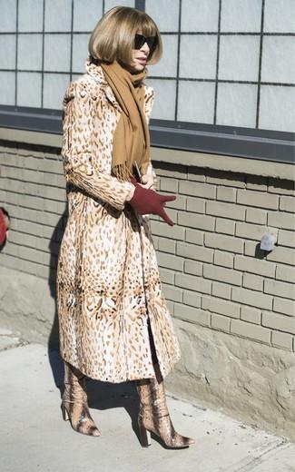 Come indossare e abbinare: pelliccia leopardata marrone chiaro, stivali al ginocchio in pelle con stampa serpente marrone chiaro, guanti di lana bordeaux, sciarpa marrone chiaro