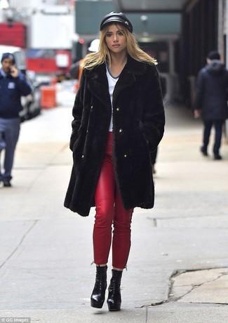 Come indossare: pelliccia nera, t-shirt con scollo a v bianca, jeans aderenti in pelle rossi, stivaletti con lacci in pelle pesanti neri