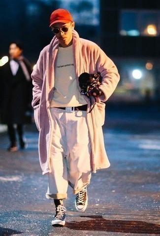 Come indossare e abbinare una cintura di tela marrone scuro: Per un outfit della massima comodità, coniuga una pelliccia rosa con una cintura di tela marrone scuro. Sneakers alte di tela marrone scuro sono una eccellente scelta per completare il look.