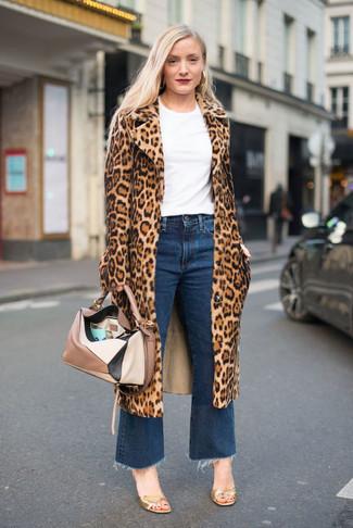 Come indossare: pelliccia leopardata marrone chiaro, t-shirt girocollo bianca, gonna pantalone di jeans blu, sandali con tacco in pelle dorati