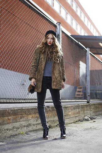 Come indossare: pelliccia marrone, t-shirt girocollo grigia, jeans aderenti grigio scuro, stivaletti in pelle neri