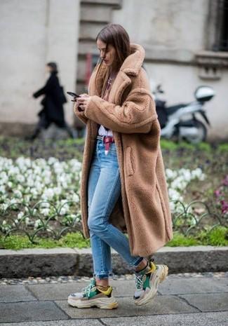 Come indossare: pelliccia marrone chiaro, t-shirt girocollo stampata bianca e rossa, jeans aderenti azzurri, scarpe sportive multicolori