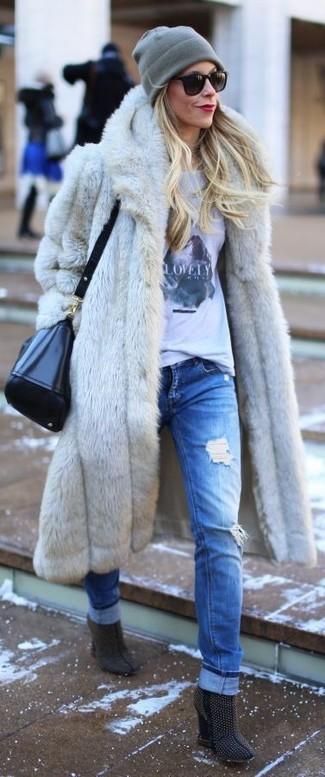 Una pelliccia grigia e boyfriend jeans strappati blu ti daranno un tocco di grande eleganza e sensualità. Scegli un paio di stivaletti in pelle scamosciata con borchie blu scuro per un tocco virile.