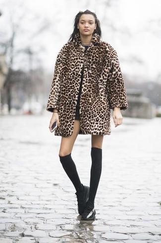 Come indossare: pelliccia leopardata marrone chiaro, t-shirt girocollo nera, pantaloncini neri, sneakers basse in pelle nere