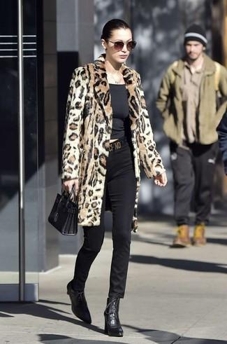 Come indossare: pelliccia leopardata marrone chiaro, t-shirt girocollo nera, pantaloni skinny neri, stivaletti con lacci in pelle neri