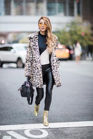 Come indossare e abbinare: pelliccia leopardata beige, t-shirt manica lunga bianca e nera, jeans aderenti in pelle neri, stivaletti in pelle dorati