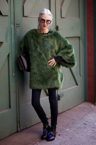 Come indossare e abbinare: pelliccia verde scuro, t-shirt manica lunga nera, jeans aderenti neri, stivali piatti stringati in pelle neri