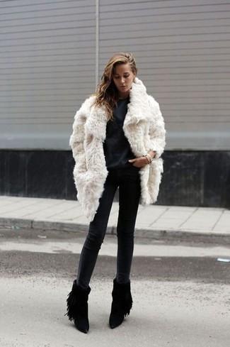 check out 7bd59 0286e Look alla moda per donna: Pelliccia bianca, T-shirt manica ...