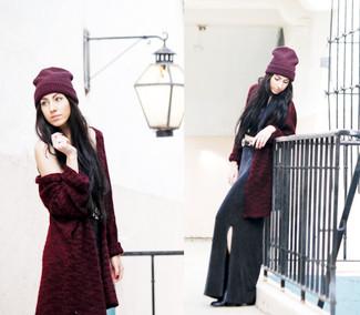 Come indossare: pelliccia bordeaux, top corto nero, gonna lunga con spacco nera, stivaletti in pelle neri