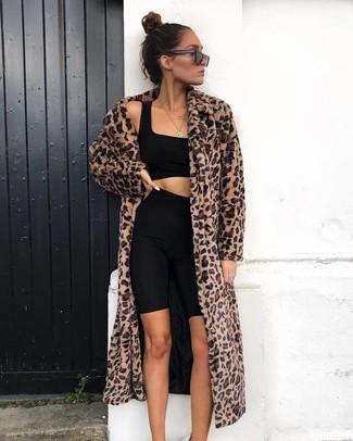 Come indossare: pelliccia leopardata marrone, top corto nero, pantaloncini ciclisti neri, occhiali da sole neri