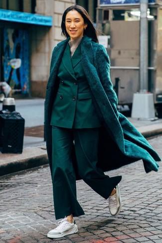 Come indossare: pelliccia verde scuro, abito verde scuro, dolcevita di lana grigio, sneakers basse in pelle bianche