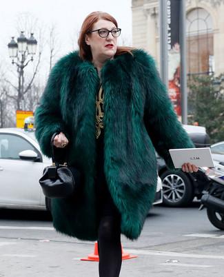 Come indossare: pelliccia verde scuro, vestito a trapezio ricamato nero e dorato, borsa a mano in pelle nera, collant di lana nero