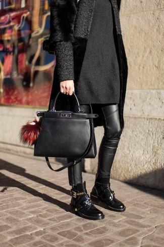 Come indossare: pelliccia nera, vestito di maglia nero, jeans aderenti in pelle neri, stivaletti in pelle neri