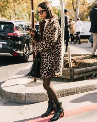 Come indossare e abbinare un collant nero: Abbina una pelliccia leopardata beige con un collant nero per essere casual. Perfeziona questo look con un paio di stivaletti in pelle neri.