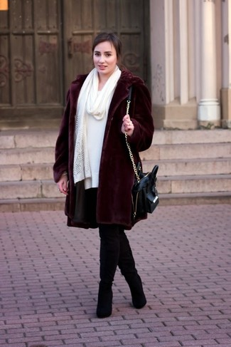 Come indossare: pelliccia bordeaux, vestito di maglia bianco, stivali sopra il ginocchio in pelle scamosciata neri, cartella in pelle nera