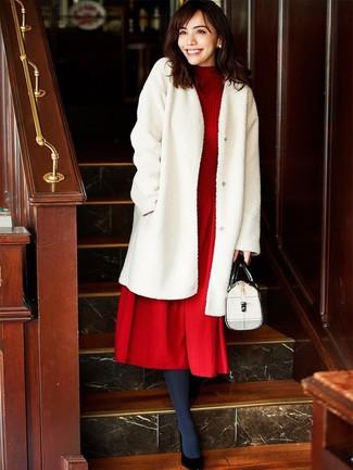 Come indossare: pelliccia bianca, vestito longuette di lana lavorato a maglia rosso, décolleté in pelle neri, cartella in pelle bianca