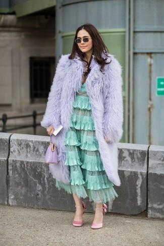Come indossare e abbinare: pelliccia viola chiaro, vestito longuette con volant verde menta, décolleté di raso rosa, pochette in pelle viola chiaro