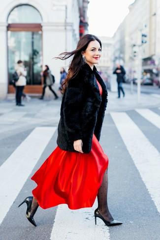 Come indossare: pelliccia nera, vestito lungo di raso rosso, décolleté in pelle neri, orecchini argento