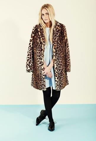Potresti indossare una pelliccia leopardata marrone e un vestito scampanato azzurro per un semplice tocco di eleganza. Indossa un paio di scarpe derby in pelle nere di Marsèll per un tocco più rilassato.