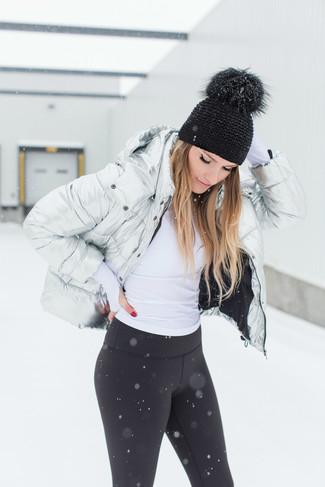 Come indossare: piumino argento, dolcevita bianco, leggings neri, cuffia nero